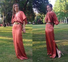 Laura con vestido largo con capa y cinturón de flores doradas Dresseos - Alquiler de vestidos y accesorios en Madrid - Dresseos