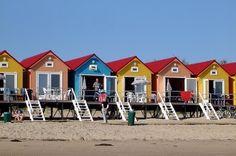 Meereswellen direkt vor der Haustür: In Vlissingen in der niederländischen Prvonz Zeeland kann man in bunten Holzhäuschen am Strand übernachten.