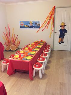 Kreatives Fireman Sam party theme table Mais Business Wear News You Can Use The transition to busine Fireman Party, Firefighter Birthday, Fireman Sam Cake, 4th Birthday Parties, Baby Birthday, Birthday Table, Fire Truck Birthday Party, Birthday Ideas, Firemen