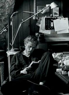 A man who reads, has a beard and blonde hair...mmm ;)