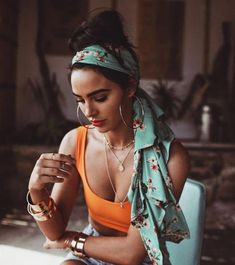 Head Scarf and Bow Hairstyle 25 Hair Ideas Vera Casagrande Hair Scarf Styles, Curly Hair Styles, Mode Outfits, Fashion Outfits, Fashion Trends, Fashion Inspiration, Fashion Poses, Skirt Outfits, Sneakers Fashion