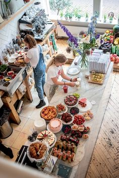 Amsterdam : nos bons plans pour un week-end green Bakery Decor, Bakery Interior, Cafe Interior Design, Bakery Cafe, Cafe Restaurant, Cafe Bar, Cafe Shop, My Coffee Shop, Coffee Shop Design