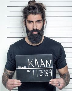 Este coque masculino tão sexy que chega a ser ilegal. | 19 homens que vão fazer você esquecer os caras de cabelo curto