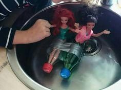 Speedbåd til barbiedukker. 2 små sodavands flasker sat fast med gaffatape.