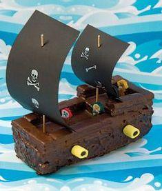 Pas op, daar komen de #piraten! Maak voor de #verjaardag van jouw piraat een stoer piratenschip. Laat je niet afschrikken door deze piratenschip #taart, want het is heel eenvoudig om te maken.