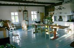Traditional Finnish interior reshaped for modern living | Mahtitila lämpiää pikkurahalla