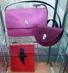 Ledertaschen, Modelle Tenera Nuda (Pink, Nubukleder, weichgegerbt), Lacrima (Cassis, Nubuk-Fettleder) und iPad-Tasche Lettera (rot, Rindoberleder)