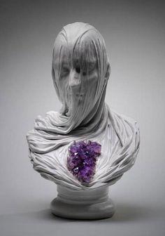 流れる落ちるような艶かしさと美しさ。布の立体感が秀逸な彫刻作品「Ghosts Underground」   ARTIST DATABASE/アーティストデータベース