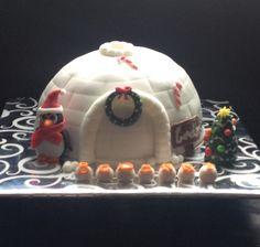 Iglo taart in kerstsfeer met pinguin en kerstboom. Igloo cake decorated in christmas style.