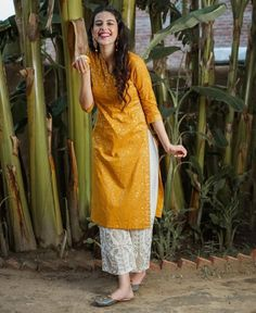 Glam and equal parts elegant with its contemporary design, this kurta gives you many reasons to flaunt this look !… Best Picture For Blouse vintage For Your Taste You are looki Simple Kurta Designs, Stylish Dress Designs, Kurta Designs Women, Designs For Dresses, Pakistani Fashion Casual, Pakistani Dress Design, Indian Wedding Outfits, Indian Outfits, Dress Indian Style