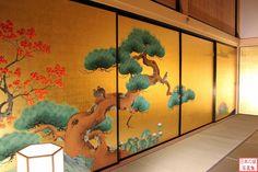 名古屋城 表書院二之間。美しい松の障壁画。 Japanese Door, Japanese Castle, Japanese Screen, Japanese History, Japanese Culture, Japan Design Interior, Pine Tree Art, Asian Inspired Decor, Ceiling Painting