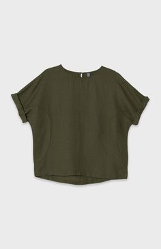 The Linen Box Top is a lightweight piece to transition into the warmer months. A classic Elk style, its boxy shape features a dropped shoulder, rounded side panels and a keyhole fastening at the back to keep the neckline in place. Cuff the sleeves of this easy top and style with denim pieces to balance the soft look of linen.