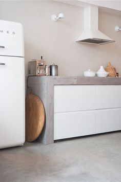 If you are looking to revamp your kitchen or building one from scratch, a concrete countertop is the coolest choice in It looks chic, minimal and earthy and goes with all types of interiors. Kitchen design home interiors countertops minimal decor ideas Beton Design, Concrete Design, Minimalist House Design, Minimalist Kitchen, Kitchen Styling, Kitchen Decor, 2019 Kitchen Trends, Mexican Style Kitchens, Industrial Kitchen Design