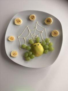 Eine kleine Spinne aus Weintrauben und Äpfel | https://lomejordelaweb.es/