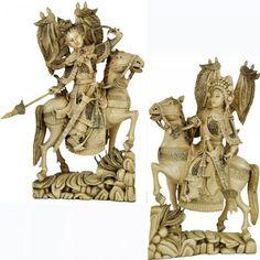 Magnífico e raro par de esculturas em monobloco de marfim, representando guerreiros a cavalo com espadas e lanças. China, séc. XIX. 27 cm.