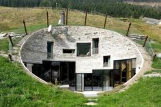 Villa Vals : une maison troglodyte dans les Alpes Suisses