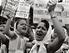 A mother and child attending a Madres de Plaza de Mayo protest in Buenos Aires, Argentina Ap Spanish, Spanish Class, Paris Photos, Female Photographers, Museum Of Fine Arts, Women In History, African History, Mother And Child, Photojournalism
