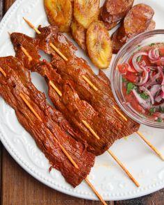 Receta para preparar carne en palito, también conocidos como chuzos o pinchos, preparado con filetes de carne de res cortados finamente, y adobados con ajo, achiote, y comino.