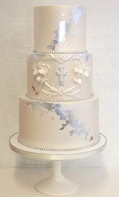 A first holy communion or confirmation is a special and memorable time in your child's life. Celebrate with a cake to mark the holy occasion that will be remembered for a life time. Boys First Communion Cakes, Boy Communion Cake, Christening Cake Girls, Religious Cakes, Confirmation Cakes, Girl Cakes, Celebration Cakes, Decoration, Baptisms