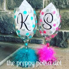 Glitter Wine Glasses, Diy Wine Glasses, Decorated Wine Glasses, Hand Painted Wine Glasses, Champagne Glasses, Wine Glass Crafts, Personalized Wine Glasses, Wedding Gifts For Bridesmaids, Wedding Favors