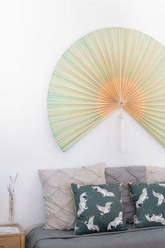 """El abanico de pared de inspiración japonesa es uno de los """"must"""" en decoración contemporánea. Este modelo combina el color natural del bambú con el verde, dando un punto de color a tu pared. Decorar las paredes con abanicos es algo que tenemos en común España y Japón. ¡Y nos encanta!Este modelo está hecho de bambú natural trenzado y tiene dos borlas con flecos de color blanco.  #rderoom #walldecor #abanico #decoraciónpared Hand Fan, Home Appliances, Ideas, 72 Hours, Model, Circle Mirrors, Wall Sconces, Hang Jewelry, Colored Bangs"""