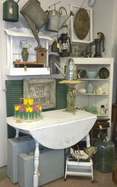 Vintage Show Off: Tips for a Narrow Booth - Make the Narrow Wall Look Wider- use some round circular shapes to break up linear lines and soften Vintage Booth Display, Antique Booth Displays, Vintage Store Displays, Antique Mall Booth, Antique Booth Ideas, Craft Booth Displays, Booth Decor, Antique Shops, Display Ideas