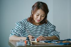 鄧穎妮(Wendy)每次練習西洋書法(Calligraphy),就像為自己築起一堵寧靜之牆