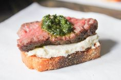 oscar-party-appetizer-beef-tenderloin-crostini-with-whipped-goat-cheese-and-pesto-7