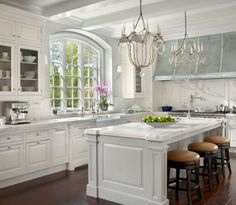 Island posts O'Brien Harris: Modern French kitchen with white kitchen cabinets paired with marble countertops.but i would choose different kitchen stools Modern French Kitchen, French Country Kitchens, French Farmhouse, Country French, Vintage Kitchen, Timeless Kitchen, Rustic French, Country Style, French Cottage