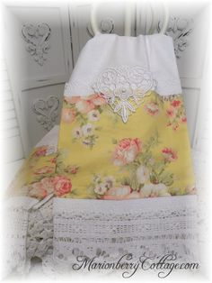 PAIR Guest towels Soft butter yellow and pink roses