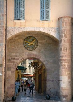Hyères: Porte Massillon dotée d'une horloge et surmontée d'une maison aux volets bleus - France-Voyage.com