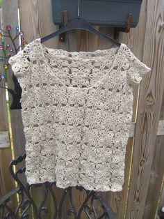 Gehaakt Shirt, bestaande uit vierkante granny's al hakend aan elkaar gezet.  Versierd met pareltjes rondom halslijn.