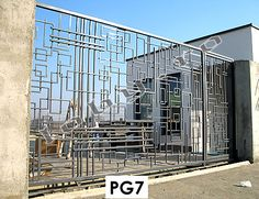 O poarta moderna cu elemente suprapuse spatial.