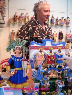 Foi por causa de um presépio que conhecemos a D. Luísa. Artesã de Estremoz, ceramista destemida, com 72 anos, que todos os anos está na Fei...