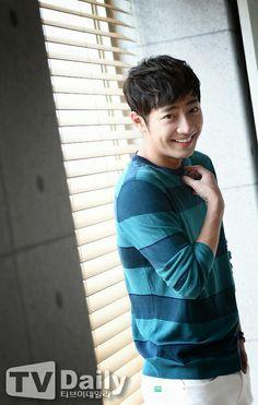 such an adorable smile <3 Lee Sang-Yeob