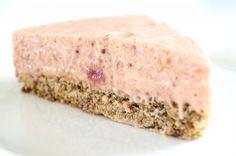 Lækker Nøddekage med rabarberskum uden mel og sukker. Ideel til dig, der lever efter low carb eller LCHF principperne.