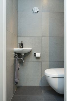 Kleine toiletruimte inrichten google zoeken idee die achterwand toilet pinterest - Idee deco hal met trap ...