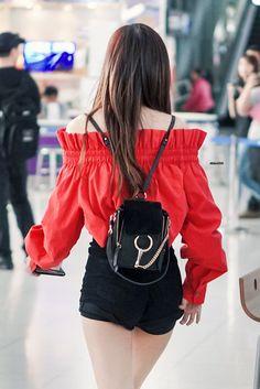 Rosé 171127 at Suvarnabhumi Airport Bangkok Thailand Blackpink Fashion, Korean Fashion, Fashion Outfits, Womens Fashion, K Pop, Kpop Mode, Mode Ulzzang, Airport Style, Suvarnabhumi Airport