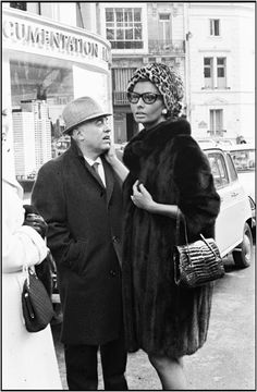 Sophia Loren And Carlo Ponti in Paris 1975 Carlo Ponti, Sophia Loren Style, Sophia Loren Makeup, Bandana Hairstyles Short, Old Hollywood Glamour, Hollywood Star, Cinema Actress, Vintage Fashion Photography, Famous Couples