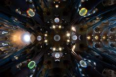 Una estrella oscura, el techo de la Sagrada Familia, en Barcelona. Es increíble cómo Gaudí creó una estructura que parece un edificio ultra-moderno de arquitectura orgánica. Sin embargo, fue diseñada ya hace como cien años.