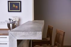 Wer eine Küche möchte, die nicht von der Stange ist, sollte sich auf jeden Fall von Pesch Concrete Design, einer kleinen aber sehr feinen Betonmanufaktur im Bergischen, beraten lassen. Dieser Tresen wurde speziell angefertigt und ist ein echter Hingucker den es nicht ein zweites Mal gibt. Beton in seiner scönsten Art!