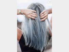 Plus clairs au niveau des racines, les cheveux gris se déclinent ici vers le bleu au niveau des pointes.