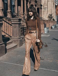 Miss Vogue flies to Manhattan this month, for an American dream in beige and caramel straight out of the starring Vanessa Moody. Vogue Paris February: out tomorrow. Daily Fashion, 70s Fashion, Fashion Week, Fashion Show, Vintage Fashion, Fashion Trends, Woman Fashion, Style Fashion, High Fashion