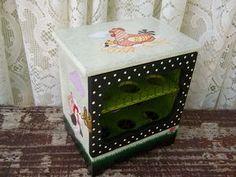 Porta Ovos Galinheiro em MDF, pintado à mão Arte Country, Pintura Country, Small Furniture, Paint Furniture, Wooden Boxes, Komodo, Stencils, Decorative Boxes, Scrap