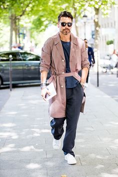 Discover the best street looks from Menswear Fashion Week Spring/Summer 2016 in Paris captured by our photographer Jonathan Daniel Pryce. Fashion Week Hommes, Mens Fashion Week, Mens Fashion Suits, Fashion Weeks, Paris Fashion, Fashion Fashion, Style Costume Homme, Jessica Parker, Street Looks