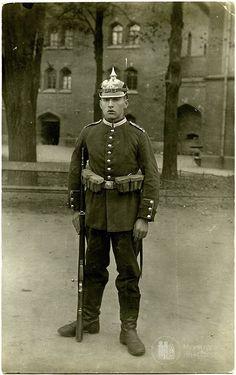 Кёнигсберг. Солдат во дворе казармы Кронпринц. 1915 год.