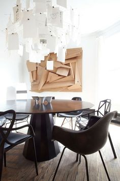Un luminaire suspendu originale avec un tableau en trois dimensions