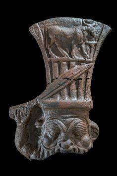 Dieu Bès. Terre cuite. Époque ptolémaique, probablement IIIe ou IIe siècle av. J.-C., Thônis-Héracléion, Baie d'Aboukir, Égypte.