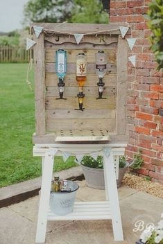 20 Rustic I do BBQ (Barbecue) Wedding Ideas Homemade outdoor bar to keep your wedding guests watered whilst they are enjoying the sunshine. Cheap Backyard Wedding, Backyard Bbq, Large Backyard, Barbecue Wedding, Barbecue Bbq, Homemade Bar, I Do Bbq, Wedding Catering, Wedding Venues