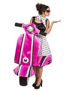 Jaren 60 Vespa kostuum voor dames - Premium: Dit vespa kostuum voor volwassenen bestaat uit een rok, een sjaal en een bovenstuk met daaraan een vespa van foam (schoenen en bril niet inbegrepen). Speel Audrey Hepburn zoals in de film Roman...